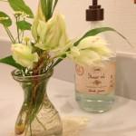 白い花と水色ソープ